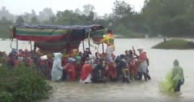 xót xa đám tang vội vàng trong mưa lũ ở Huế